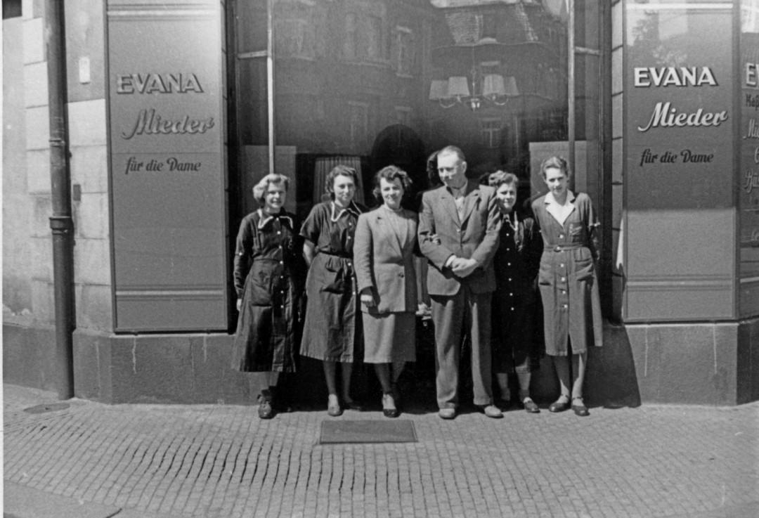 Martin Vogel inmitten seiner Mitarbeiterinnen. Foto:Archiv Tino Vogel