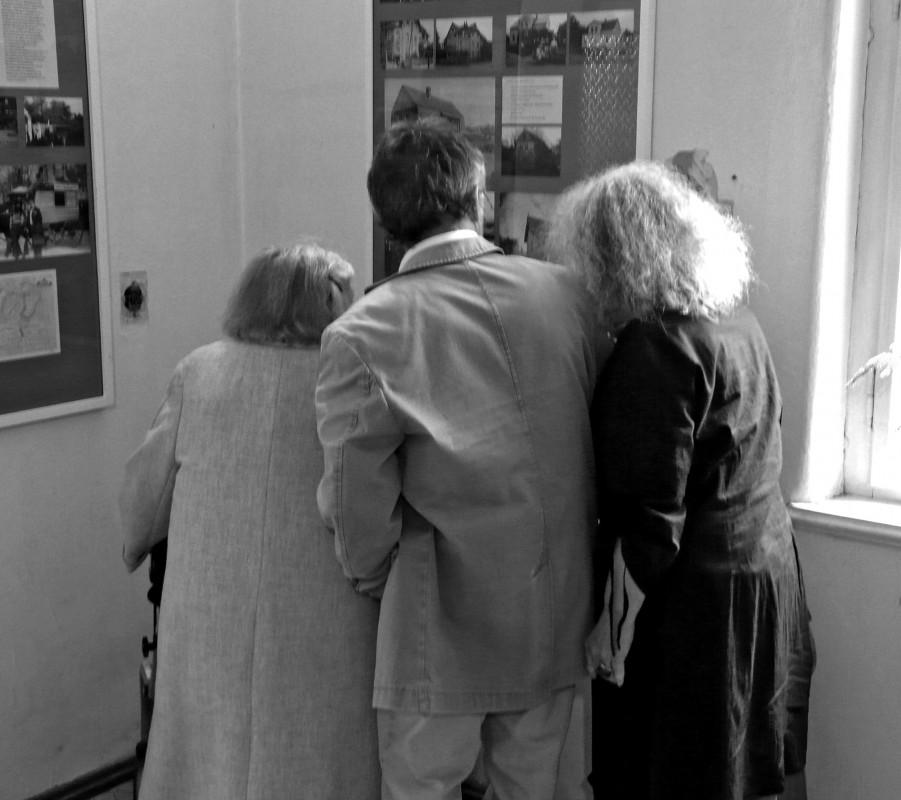 """""""Besucher einer Ausstellung"""" – die ortsansässige Familie Schammler in der """"Galerie"""" Kottmarstraße 3. Foto: Organisationsteam """"125 Jahre Kamerun"""""""