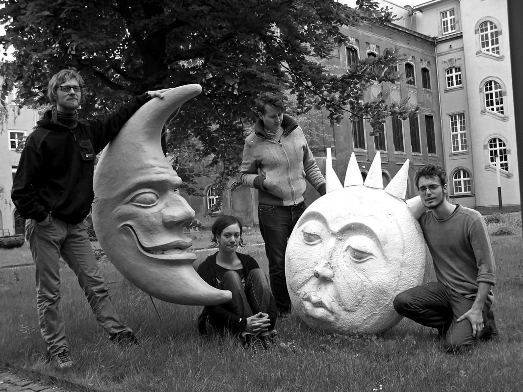 """Mond und Sonne, die beiden Mottofiguren des 20. Elbhangfestes, gezeichnet von Holger Friebel, werden von Studenten der Hochschule für Bildende Künste Dresden, vom ersten Studienjahr für Theaterplastik in  plastische Skulpturen verwandelt. Zunächst in Hartschaumstoff geschnitzt und auf ein Positiv kaschiert, entstehen  tragbare (aber nicht sehr leichte) Skulpturen. Die beiden Gewänder, die die Figuren komplettieren, werden ebenfalls der Vorlage getreu und aufwendig gefertigt (von Talenten der """"Umzugsrunde""""). Ron Hothus und Juliane Hörenz haben ihr gestalterisches Talent für den Mond unter Beweis gestellt, Ralf Aßmann und Elisabeth Trobisch taten gleiches für die Sonne. Prof. Eißner, der Chef der """"Theaterplastiker"""" der HfBK, ist zufrieden und meinte, dass Aufgaben dieser Art den Stundenten eine gute Möglichkeit geben, ihr gestalterisches und handwerkliches Potential unter Beweis zu stellen. Es ist ihnen eine besondere Freude, dies einem öffentlichen Publikum zu zeigen. Ralf Aßmann und Elisabeth Trobisch werden die Figuren im Festumzug selbst präsentieren.  Wir hoffen, das Wetter wird ihnen und uns gnädig sein. Foto: J & KS"""