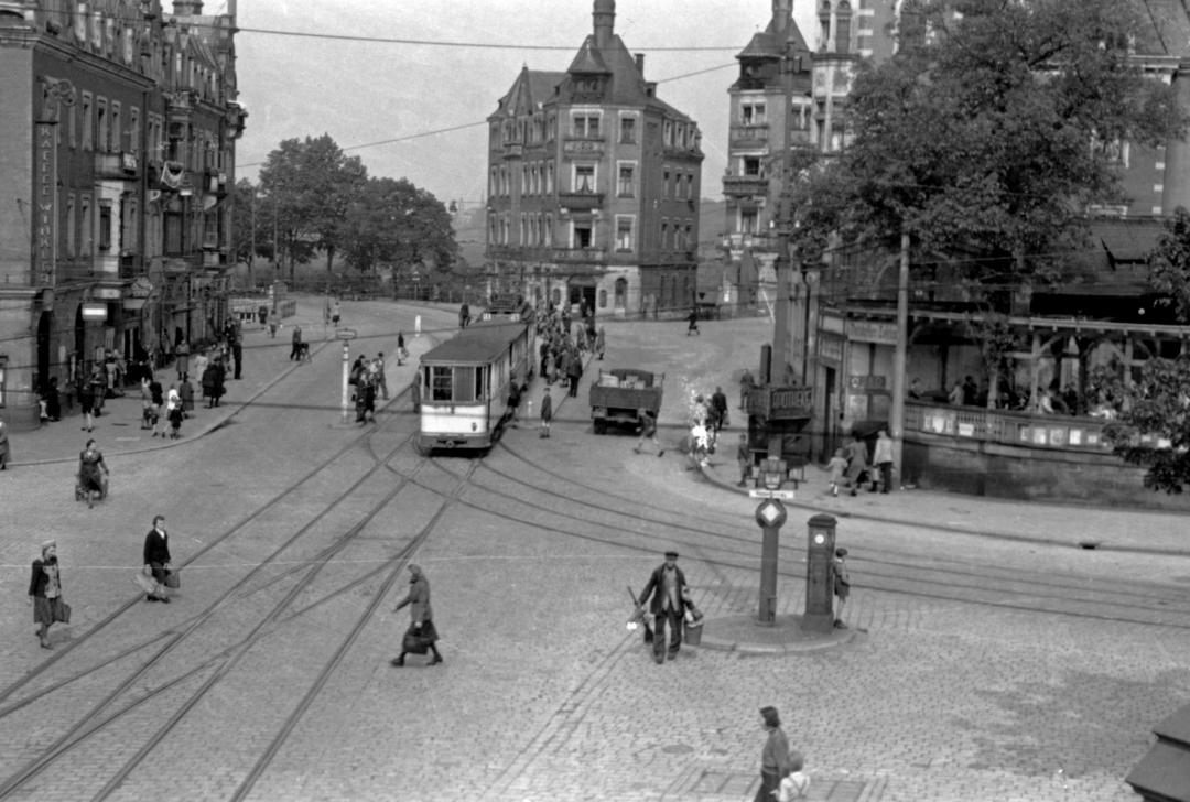 """Der Körnerplatz mit dem """"Bräustüb'l"""" (rechts) in den 1950er Jahren. Foto: Margarete Schumann/Sammlung Rosig"""