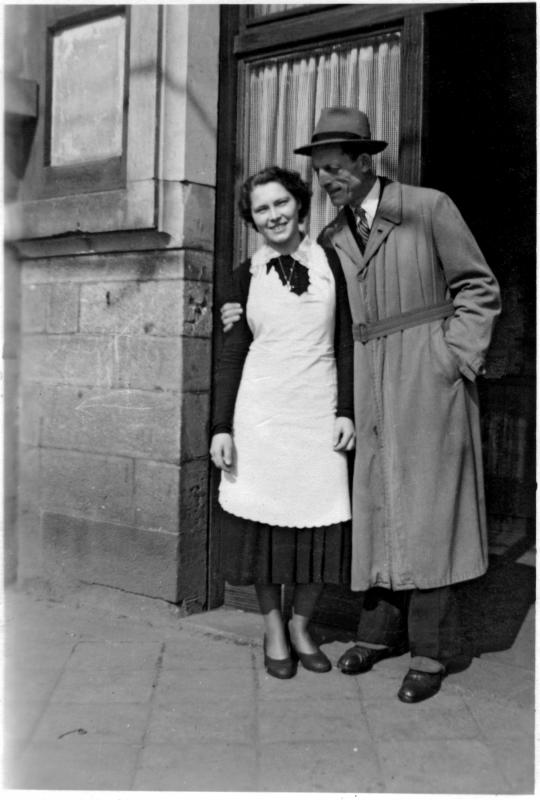 """Die Chefin des """"Bräustüb'l"""", Roselotte Schlutter, mit einem Gast am alten Eingang unterhalb der ehemaligen Terrasse, 1948/49. Foto: Sammlung Rosig"""