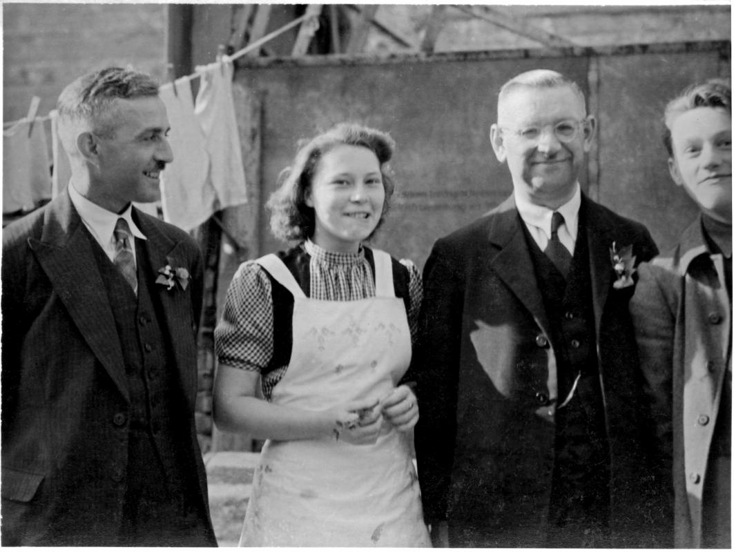 Roselotte Schlutter mit dem alten Ratskeller-Wirt, Herrn Liebscher (links) und dem Oberkellner Junke, um 1948. Foto: Sammlung Rosig
