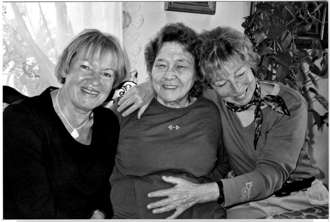Roselotte Rosig, geb. Schlutter zwischen ihrer Schwester Christa (rechts) und ihrer langjährigen Freundin Annelies Götz, geb. Woog, um 2010 Foto: Sammlung Götz
