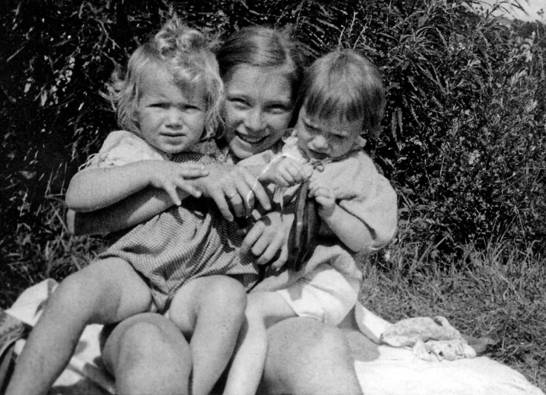 Roselotte Rosig, geb. Schlutter zwischen ihrer Schwester Christa (rechts) und ihrer langjährigen Freundin Annelies Götz, geb. Woog, um 1943  Foto: Sammlung Götz