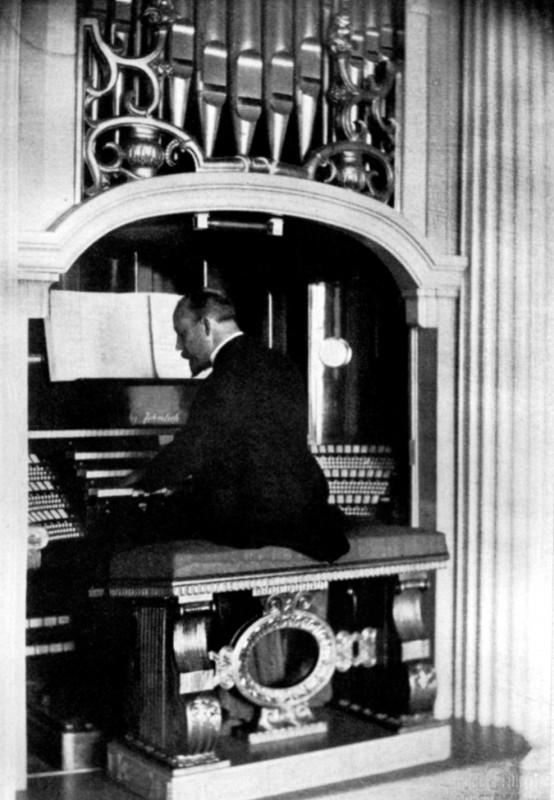 """Lingner beim Orgelspiel an seiner Dresdner Jehmlich-Orgel. Quelle: """"Lingner und sein Vermächtnis"""", Julius Ferdinand Wollf, Verlag von Jakob Hegner – Hellerau, 1930  Foto: Hugo Erfurth"""