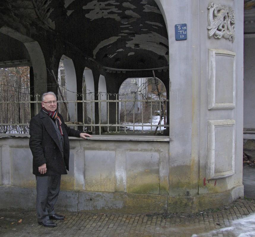 "Berndt Dietze am Eingang zu ""seinem"" Lahmann-Sanatorium. Foto: Jürgen Frohse"