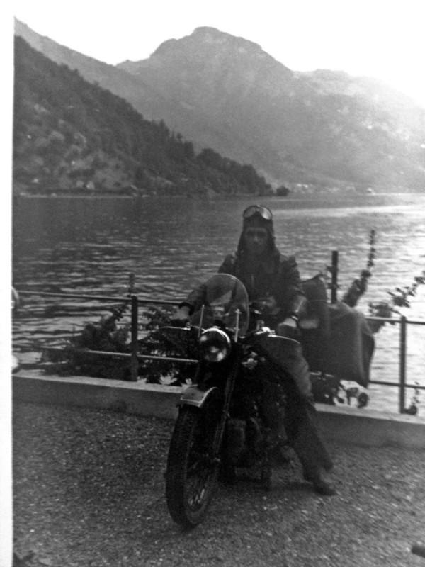 Enkel Dirk Eckelt (Weißer Hirsch) schrieb: Mit der AWO über die Alpen – Anbei sende ich Ihnen alte Fotografien. Sie stammen von meinem Opa, der 1957 mit seinem Kumpel mit samt Zeltausrüstung auf der AWO 425 T über die Alpen zum Gardasee in Italien gefahren ist. Auf dem Foto ist mein Opa auf dem Motorrad,  im Hintergrund der Gardasee, zu sehen. Auf der Rücktour wurden sie an der Grenze so schwer kontrolliert, dass sie sogar die Hosen herunter lassen mussten… Foto: privat