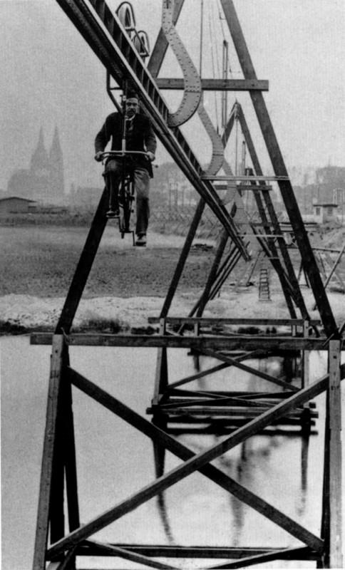 """Auf dem Versuchsgelände in Köln-Deutz (hinten links der Kölner Dom) war das """"schwebende Fahrrad"""" 1894 eine Attraktion.  Foto: aus dem Buch """"Die Wuppertaler Schwebebahn""""."""