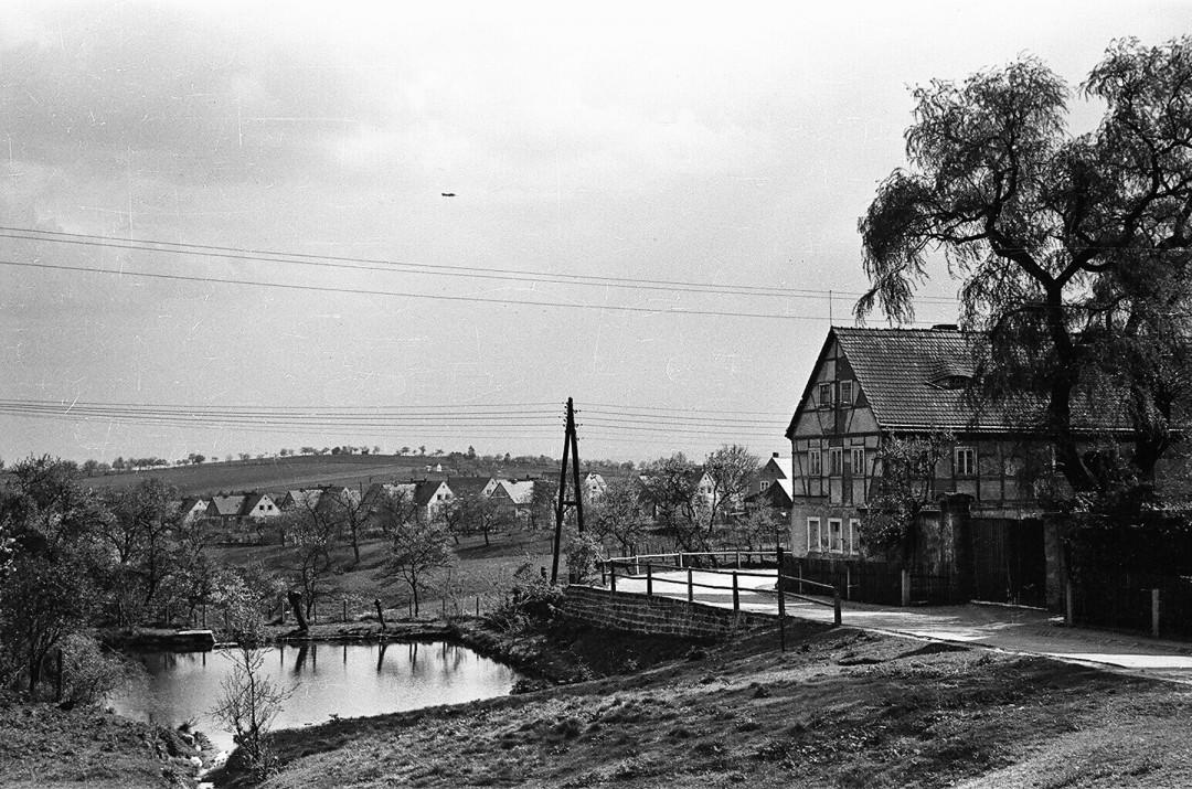 Blick vom Rochwitzer Dorfplatz zum Dorfteich, dem Bauerngut Gierth (rechts, in den 1960er Jahren abgerissen) und der 1936 erbauten Siedlung Oberrochwitz. Foto: Sammlung Karl Richter