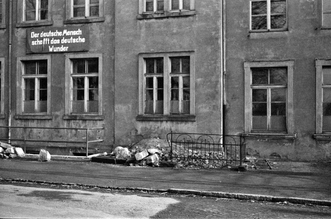 """Die 61. Grundschule von Rochwitz in einem recht bedauernswerten Zustand. Hat sich das Warten auf das """"Deutsche Wunder"""" bis in unsere Tage ausgezahlt? Foto: Karl Richter"""