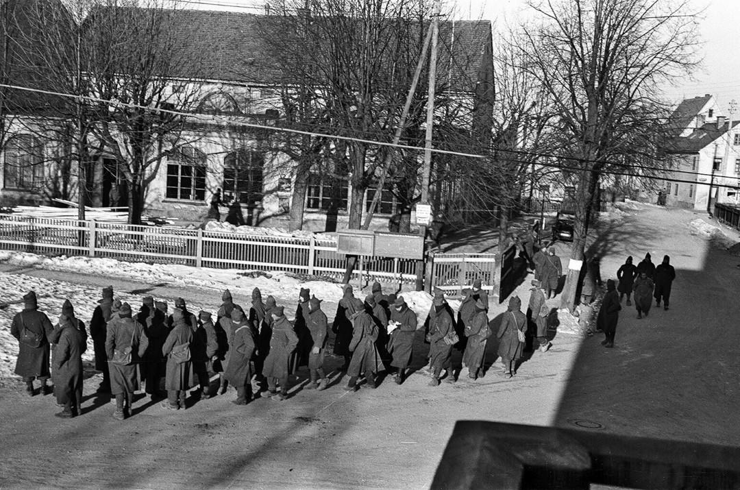 Französische Kriegsgefangene vor dem Ballsaal auf dem Weg zu Arbeitseinsätzen in der Umgebung.  Foto: Sammlung Karl Richter
