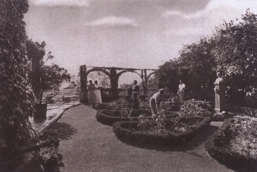 """Napoleon-Stele (re.) im Rosengarten des Hauses """"Waldwinkel/Heim für höhere Töchter"""" (der heutigen """"Villa Tiberius"""") auf dem Erckelschen Weinberg, um 1930. Foto: Sammlung Eberhard Münzner"""