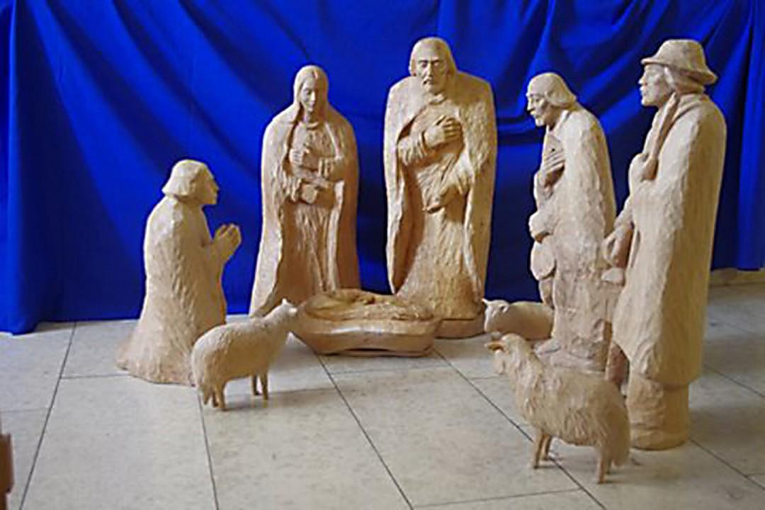 Diese fast lebensgroßen Figuren von der Hand eines bulgarischen Künstlers stehen zu Weihnachten im Saal der Christengemeinschaft an der Wachbergstraße. Foto: Wolfram Pietsch