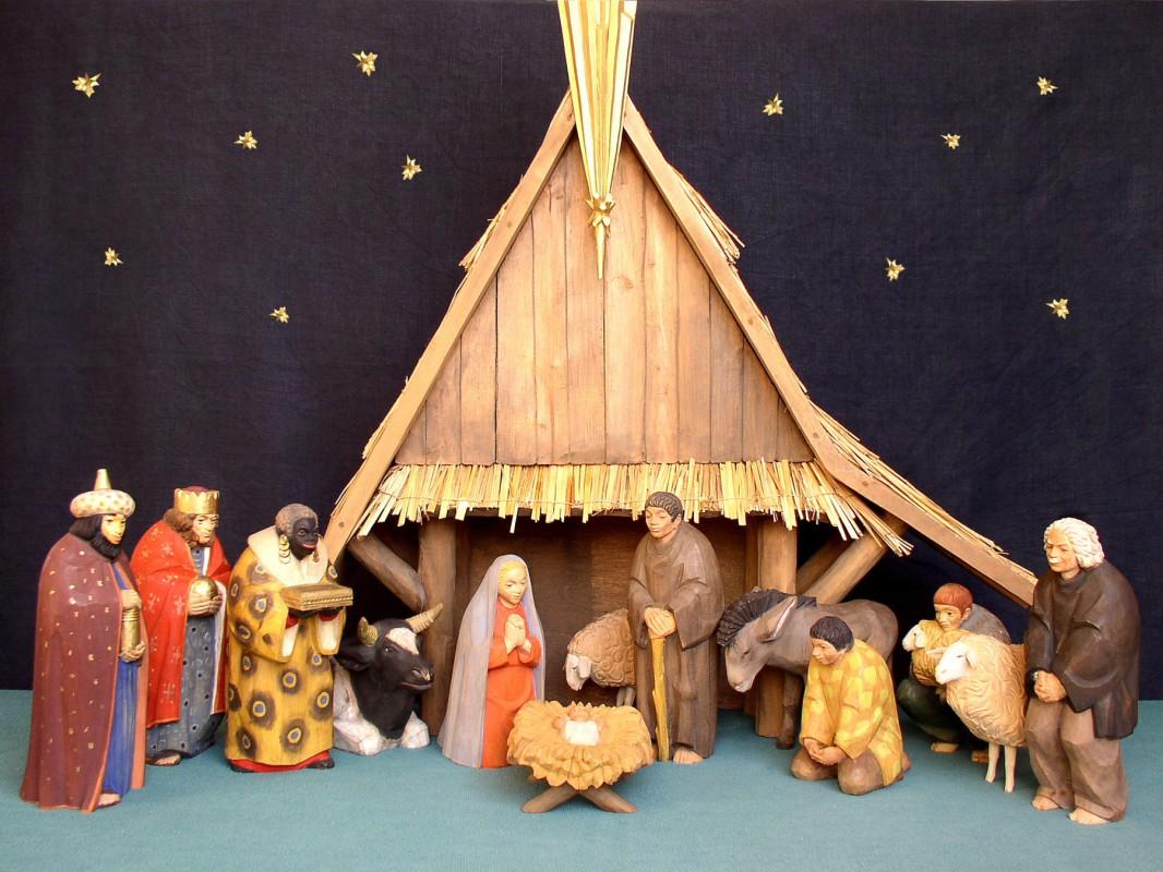 Unter dem Stern von Bethlehem in der Tolkewitzer Bethlehemkirche: 1958 schnitzte Siegfried Urbank diese Figurengruppe; dem weißhaarigen Hirten (r.) verlieh er die Gesichtszüge des damaligen Gemeindepfarrers. Foto: Stefan Behr