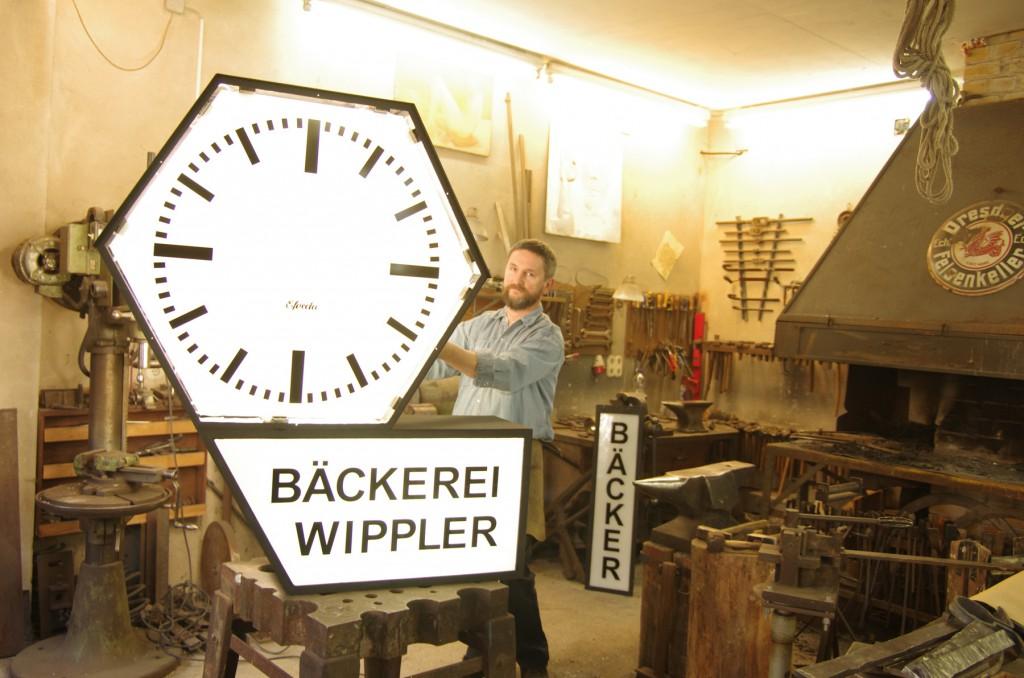Die Körnerplatz-Uhr in der Werkstatt von Uwe Hempel. Foto: J. Frohse.
