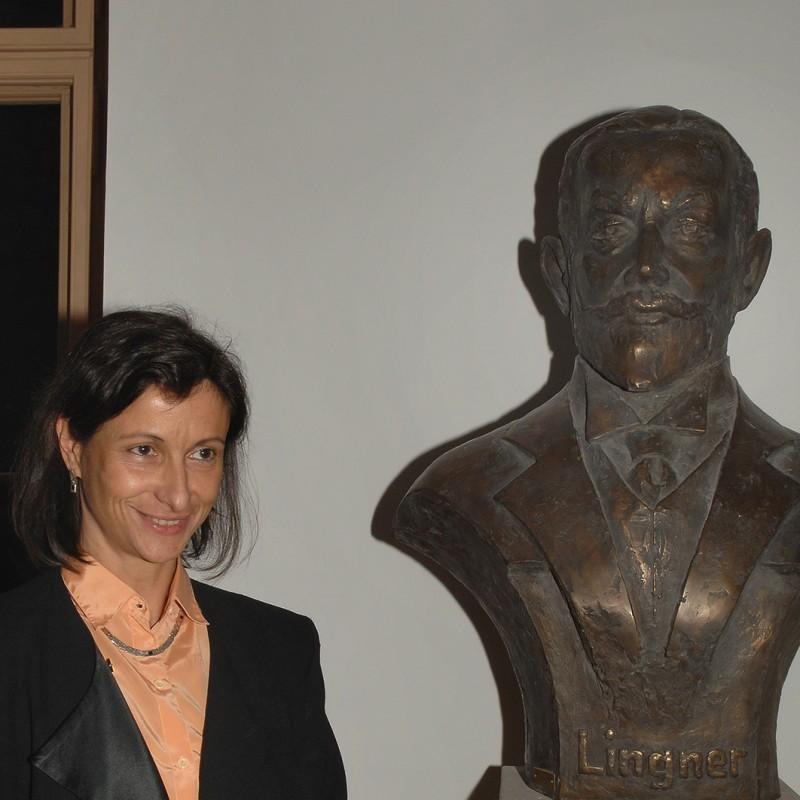 Bildhauerin Konstanze Feindt-Eißner neben der Büste von Karl August Lingner  Foto: Ines Eschler