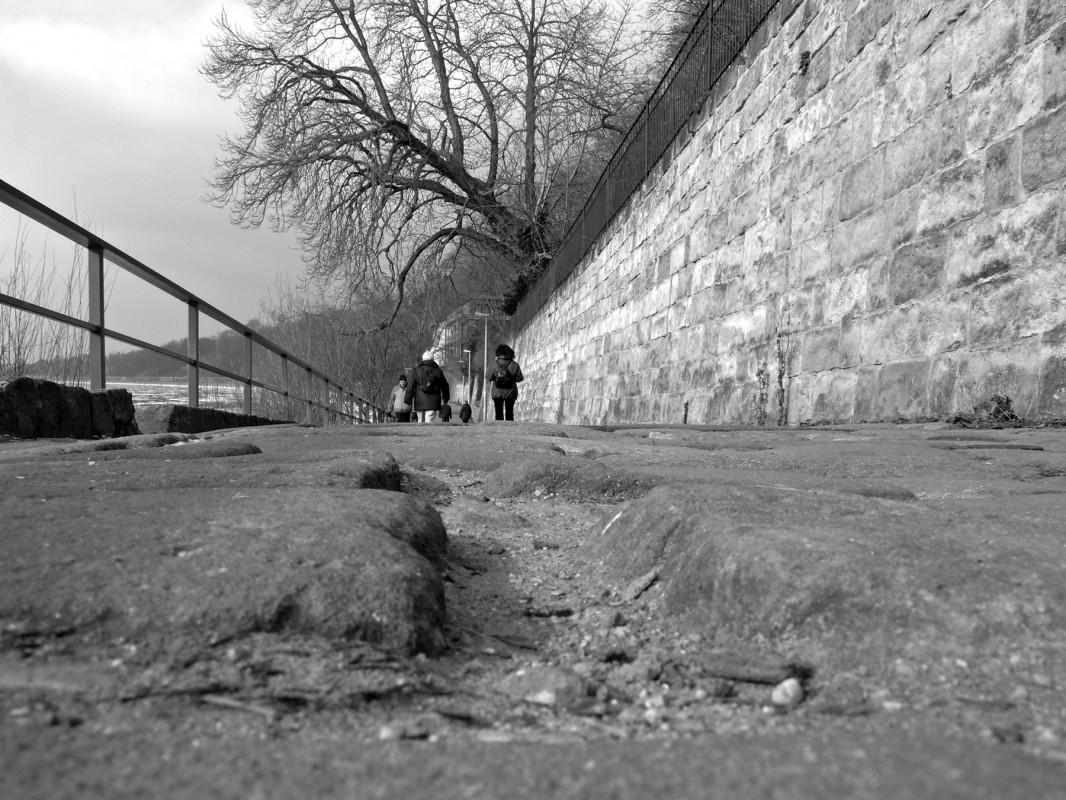Ausgespülte Fugen, hochstehende Steine – der Körnerweg ist eine Holperstrecke.  Foto: Holger Friebel