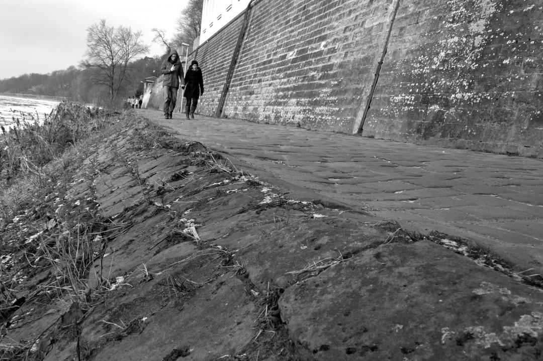 Fußgänger fühlen sich auf dem Weg wohl, Radfahrer nutzen die schmale Kante an der Böscung, wo sich etwas Sand abgelagert.  Foto: Holger Friebel