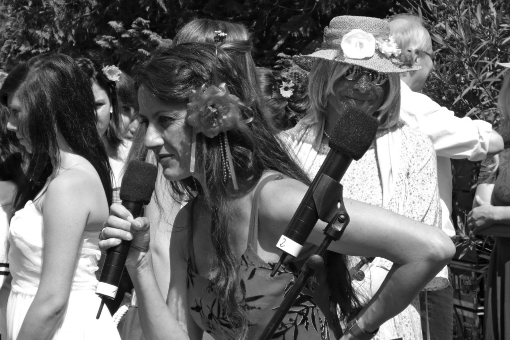 EHF-Vorstandsmitglied Regina Felber moderierte erstmalig den Umzug. Rechts dahinter mit Sonnenbrille eine geheimnisvolle Dame: Wie man munkelt, eine kürzlich aus dem Exil in den Schoß der Familie Berthold zurückgekehrte Verwandte – sichtbar auch Dixi-Fan… Foto: HF