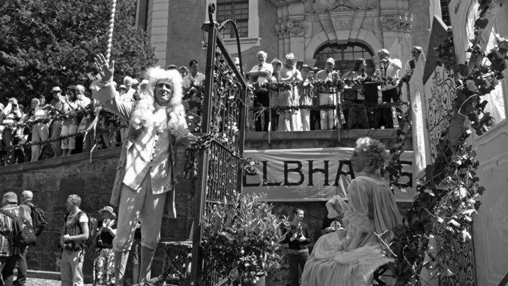"""Der Festumzug ließ schon ahnen, dass das 22. ein besonders schönes Elbhangfest werden würde. Der """"ausgesperrte"""" August mit seiner """"eingesperrten"""" Cosel (Mechthild Meier) – humorvoller Protest gegen den Pillnitzer Parkeintritt.  Foto: HF"""