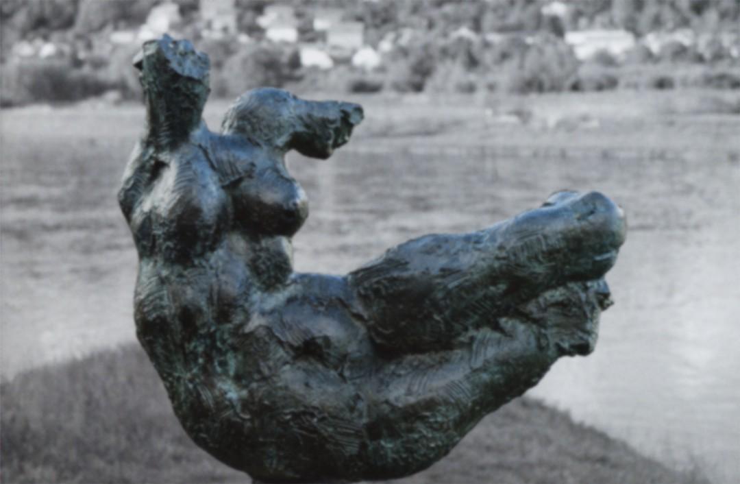"""Die Bronzeplastik """"Die Elbe"""" von Wieland Förster, aufgestellt am Elbufer Laubegast, symbolisiert die vielschichtigen Dimensionen des Elbehochwasser-Gedächtnisses. Foto: Martin Kaden (siehe Heft GeoRouten)"""