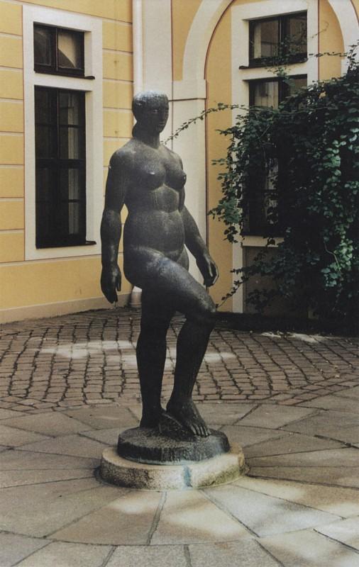 """1984 geschaffen, stand die bronzene """"Aufsteigende"""" von Gerd Jaeger seit 1987 in einem Innenhof des Hotels """"Bellevue""""; seit einigen Jahren ziert sie den benachbarten Garten des jetzigen Hotels """"The Westin Bellevue"""".  Foto: Thomas Jaeger"""