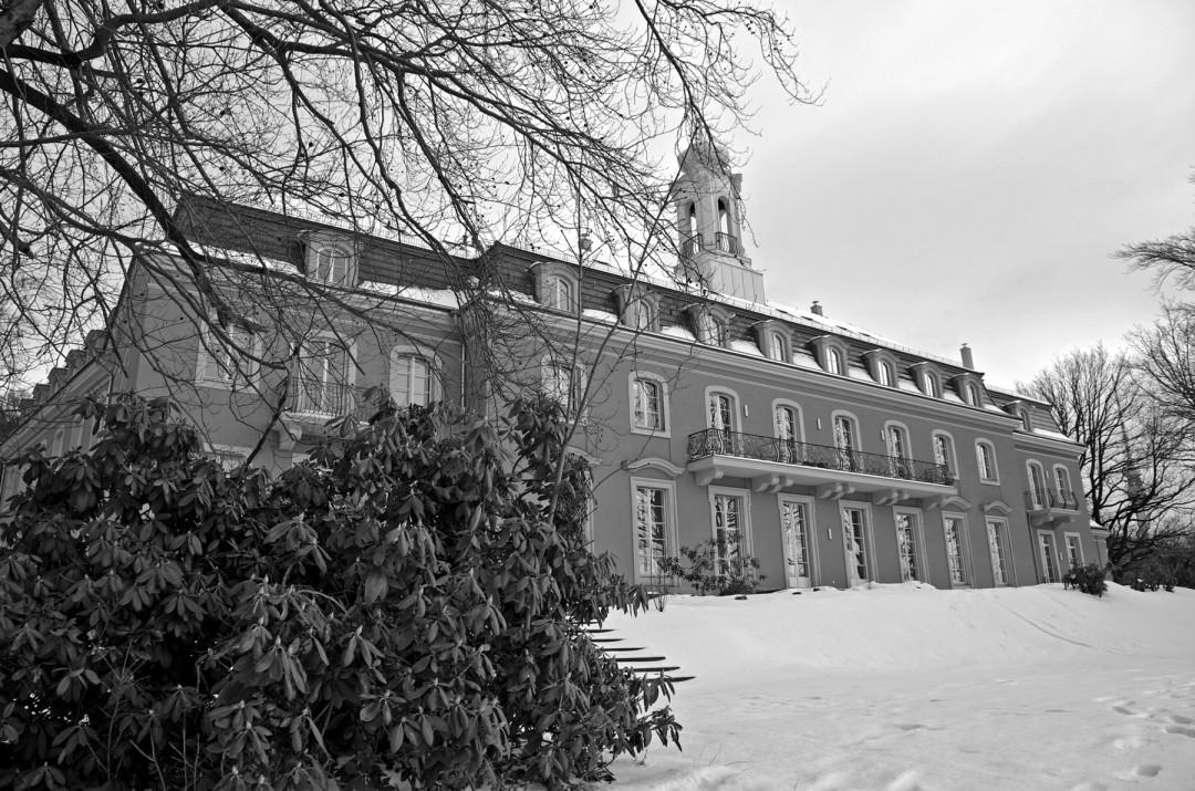 Die Elbseite des Wachwitzer Schlosses mit restaurierten und neuen Balkonbrüstungen.  Foto: Jürgen Frohse