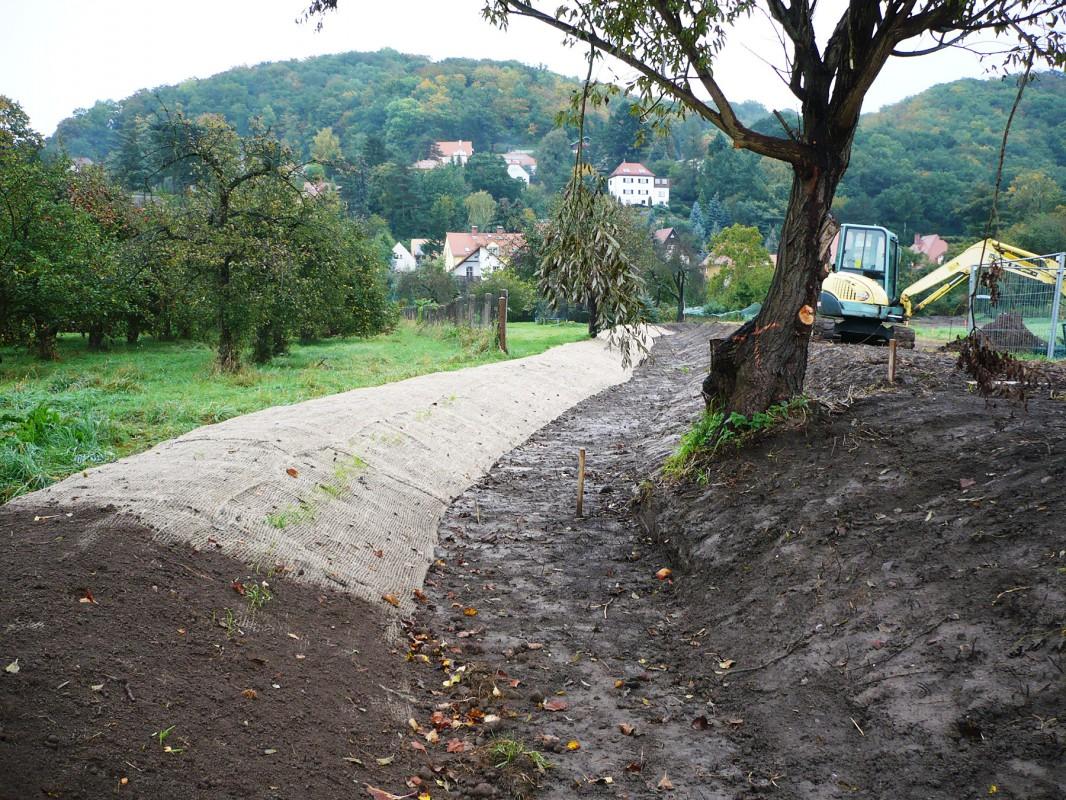 """Zwischen Dresdner und Laubegaster Straße wurde 2009 eine """"Gerinneertüchtigung"""" für die (hier trockenliegende) Kucksche realisiert. Foto: Landeshauptstadt Dresden, Umweltamt"""
