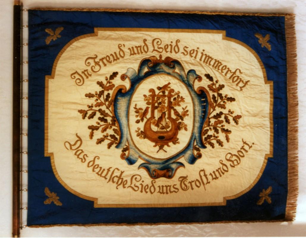 """Vereinsfahne des ehemaligen Blasewitzer Männergesangvereins """"Liedertafel"""", der sich vor Jahrzehnten mit dem Striesener Männerchor, dessen Fahne aber verloren ging, vereinte.  Foto: Gert Hiltscher"""