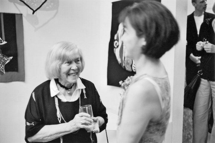 Vernissage zum 85. Geburtstag von Gertraude Seidel (li.) in der Galerie am Damm, 2009 Foto: Peter Eisermann