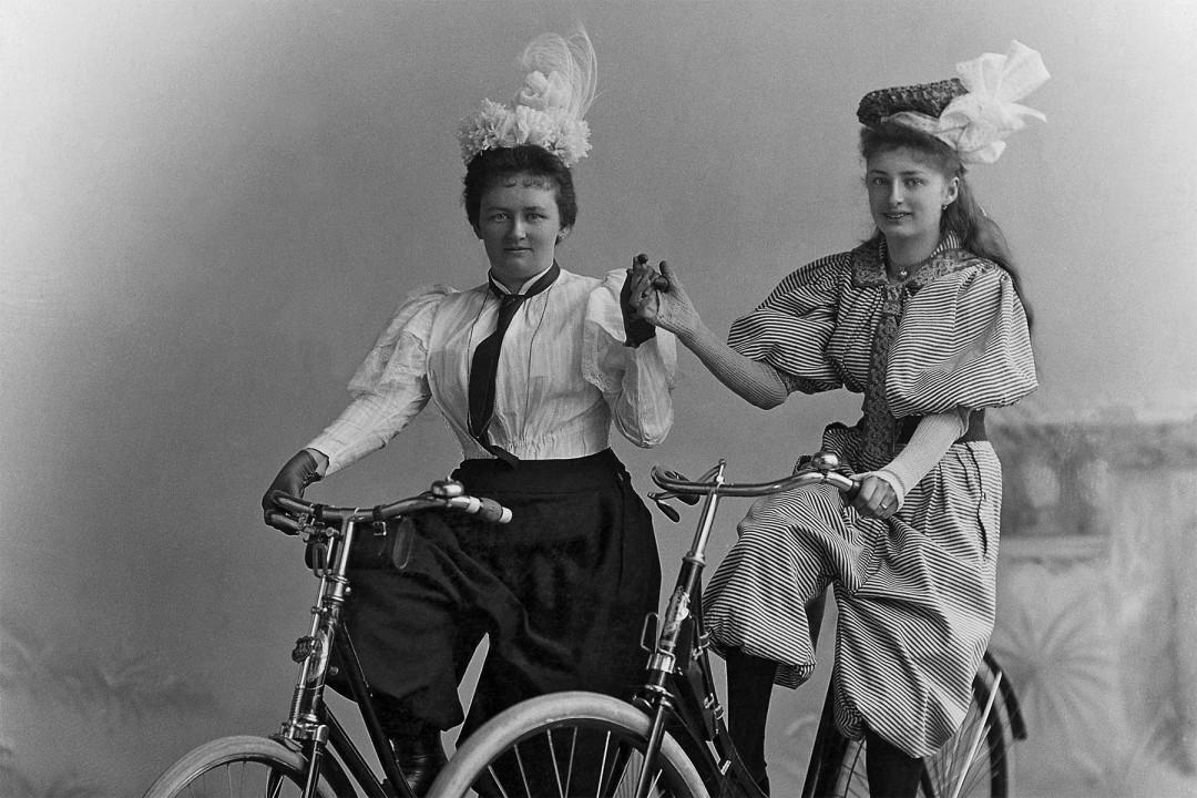 """Eine """"fröhliche Beradelung"""" der Pillnitzer Landstraße, so wie es schon Alma und Hannl Aurig um 1898 taten. Foto: James Aurig. Erhältlich als Postkarte Nr. 78 in unserem Webshop"""
