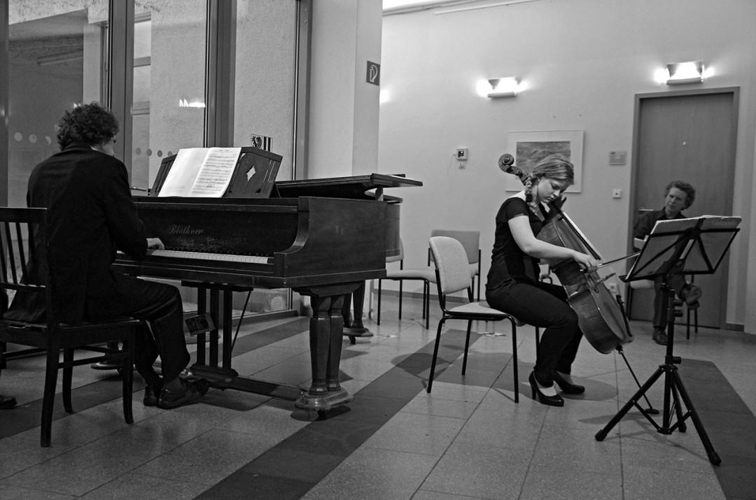 Die junge Cellistin Alma Stolte mit wundervoll singendem Klang. Foto: Jürgen Frohse