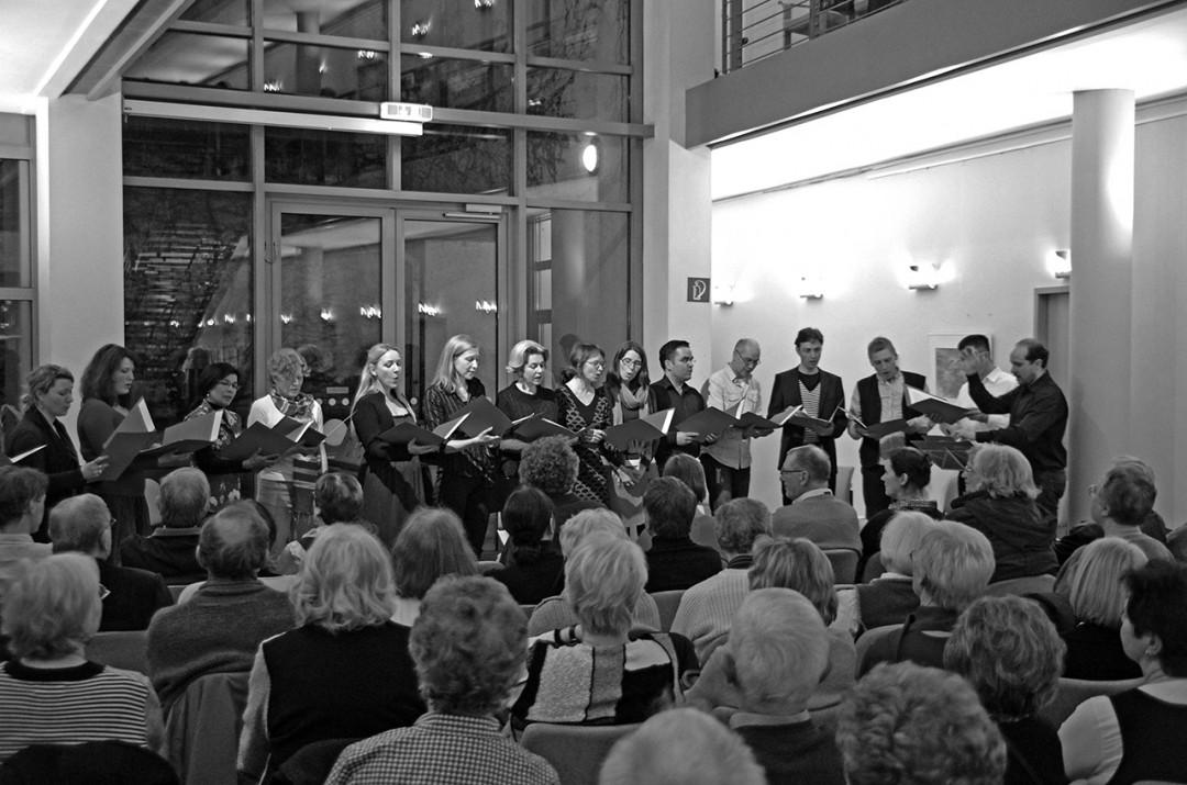 """""""Der Chor"""" begeisterte das Publikum im bis in die """"Ränge"""" und bis zum letzten Stuhl gefüllten Ortsamtsgebäude. Foto: Jürgen Frohse"""