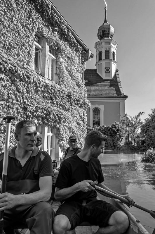 """Hosterwitz: Im Gemeindehaus """"überstand"""" Pfarrerin Ulrike Birkner-Kettenacker die Katastrophe im 1. Stock, auch mit Hilfe von Küster Torsten Ballin (mit Mütze hinten). Foto: Dagmar Socher"""