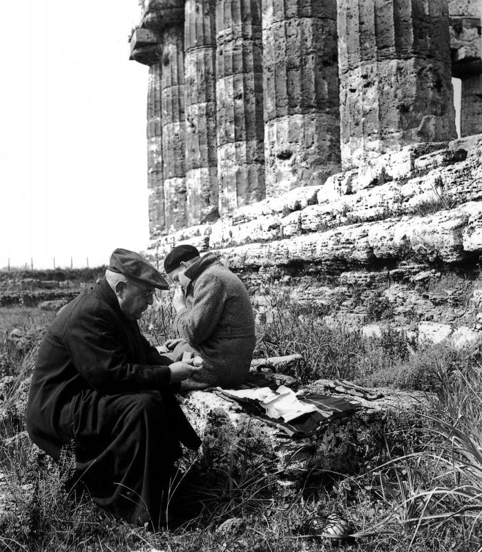 Gemeinsam auf den Spuren der Geschichte: Ludwig Munzinger (Senior und Junior) in Paestum, Italien. Foto: Sammlung Munzinger