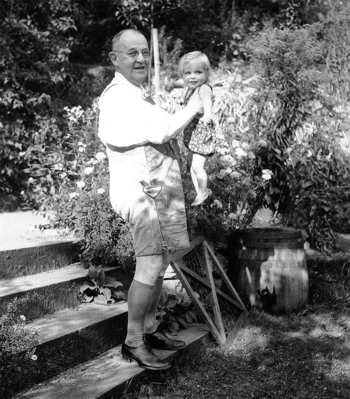 Ludwig Munzinger (sen.) mit seiner Enkelin Cora bei der Gartenarbeit, um 1942. Foto: Sammlung Munzinger