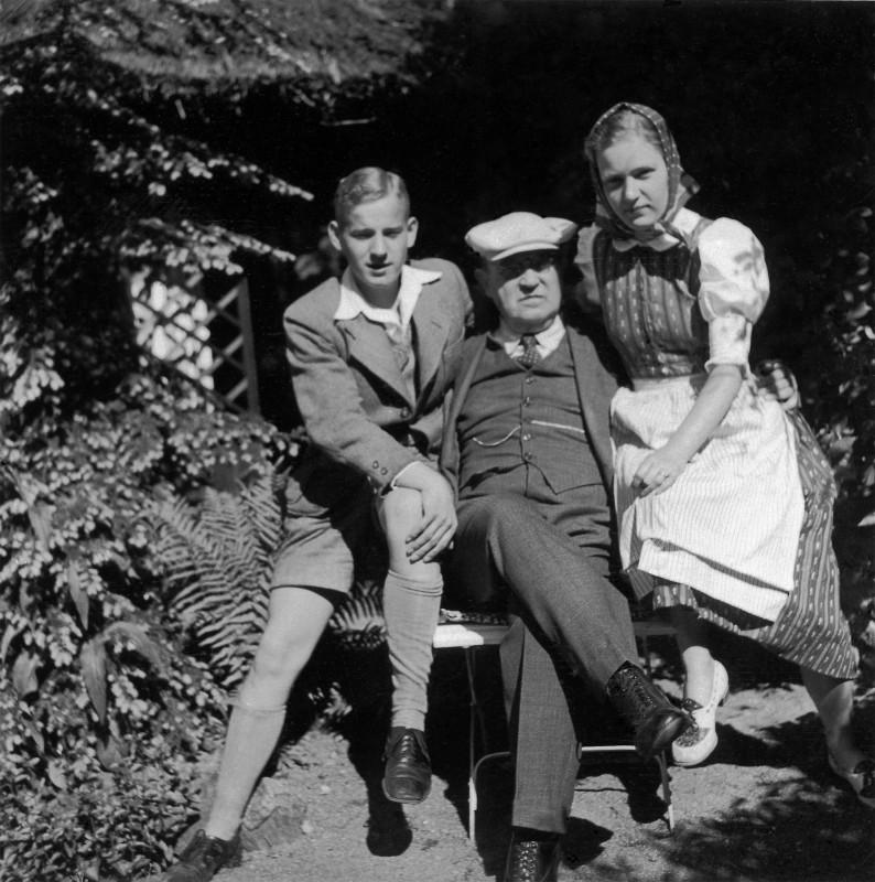Ludwig Munzinger im Garten seines Hauses Weinleite 2 mit den Zwillingen Gisela und Ludwig. Foto: Sammlung Munzinger