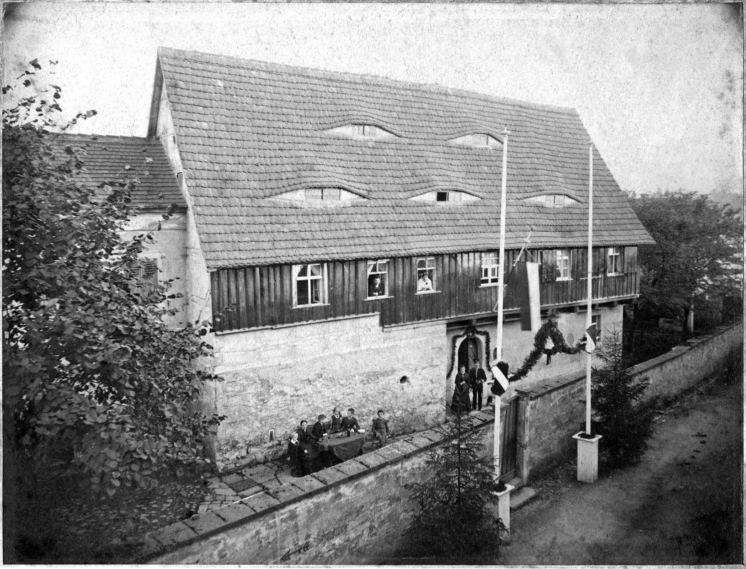 Das Loschwitzer Fährgut im Festschmuck.  Sammlung Matz Griebel. Repro: Jürgen Frohse Anlass und Jahr der Aufnahme sind nicht bekannt; auch zum Photographen fehlen Angaben.