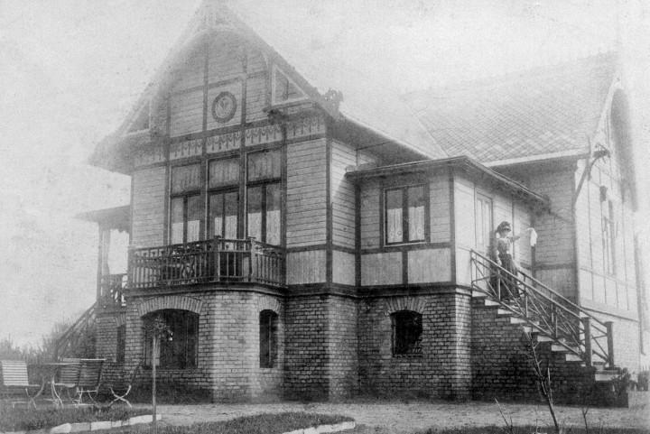Wieck-Haus in Wentow im Jahr 1913 mit Marie Wontzinski. Foto: Sammlung M. Wursche