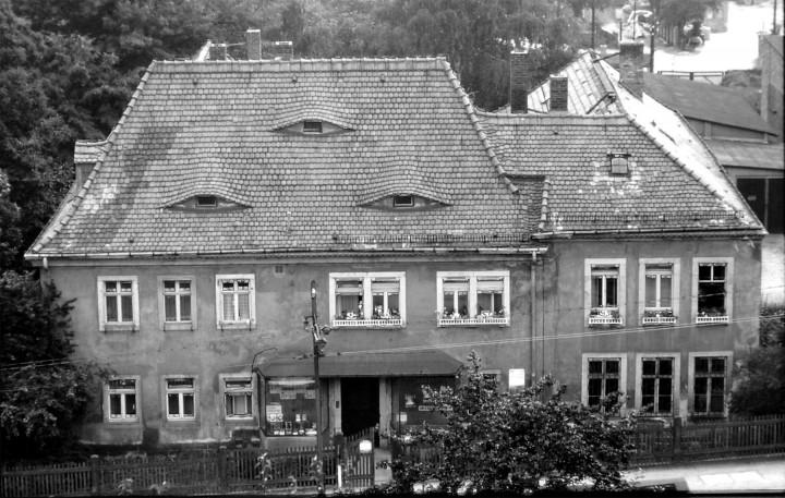 "Die ""Alte Schule"", Pillnitzer Landstraße 8, 1968. In den Erdgeschossräumen unten rechts befand sich das ehemalige Ortsmuseum.  Foto: Eberhard Münzner"