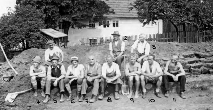 Ehemalige Anwohner der Reitzendorfer Straße bauen in Selbsthilfe am Langenauer Weg, im Hintergrund Haus Quohrener Straße 81. Foto: Archiv Neupert