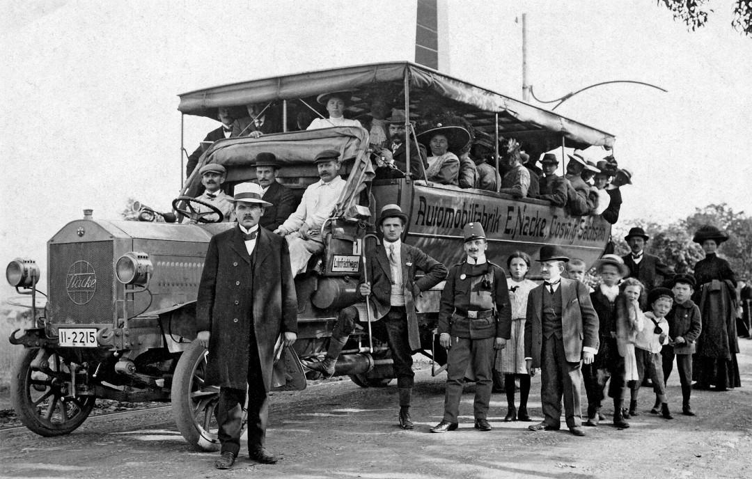 Auf der Ausflugsfahrt des Coswiger Turnvereins mit einem Nacke-Omnibus, Halt in Arbesau am österreichischen Denkmal, 1912. Foto: Sammlung Bernd Hauptvogel