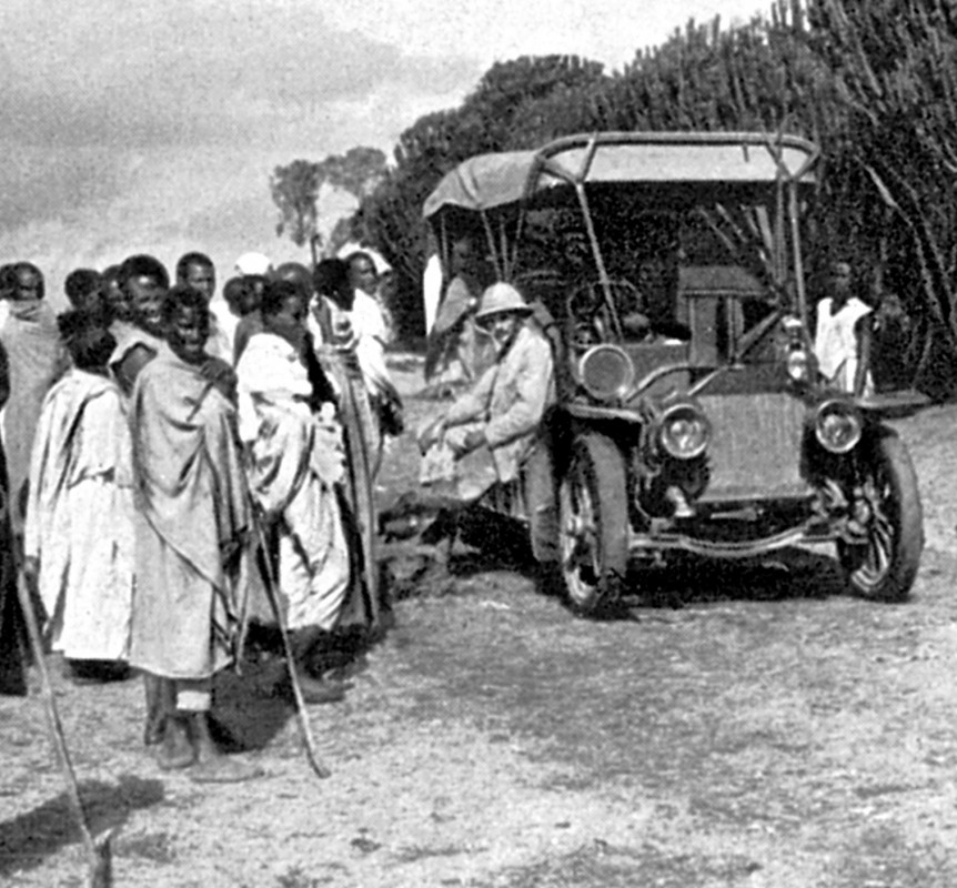 """Diesen """"Doppel-Phaeton"""" der Automobilfabrik Nacke (nicht zu verwechseln mit dem VW Phaeton der heutigen """"Gläsernen Manufaktur"""") erhielt Kaiser Menelik II von Abessinien, dem heutigen Äthiopien, 1908 als Geschenk von einem deutschen Geschäftsmann. Nach der abenteuerlichen Durchquerung von Flüssen und Wüsten konnte der Kaiser (links hinter dem Lenkrad stehend) das Fahrzeug in Addis Abeba in Empfang nehmen, es war das erste einsatzfähige Motorfahrzeug in dem afrikanischen Land. Über den Verbleib des Oldtimers ist, trotz intensiver Suche, bis heute nichts bekannt. Leider konnte auch Prinz Asfa-Wossen Asserate, Großneffe des letzten äthiopischen Kaisers, der danach gefragt wurde, nicht weiterhelfen. (Eelbhang-Kurier 8/05)  Foto: Sammlung Stadtarchiv Coswig"""