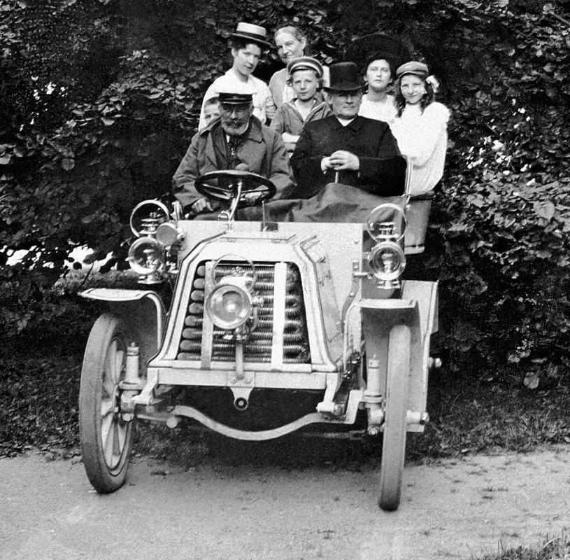 """E. H. Nacke (links) mit seinem rechtsgesteuerten """"Coswiga"""" zu Besuch bei Pfarrer Schüttoff und dessen Familie in Constappel bei Gauernitz, um 1903 Foto: Sammlung Maria Hempel"""