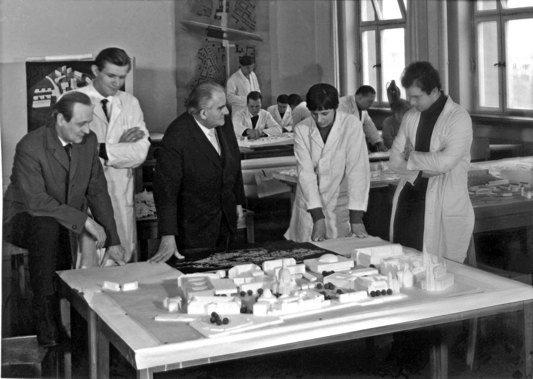 Professor Funk mit Studenten und Assistenten bei einer Entwurfsbesprechung am Neumarkt-Modell (1965). Bereits damals war die Frauenkirche Bestandteil des Ensembles. Foto: Bildstelle TU Dresden