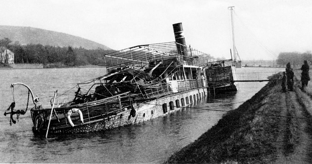 """Der als Lazarettschiff eingesetzte Personendampfer """"Leipzig"""", hier noch an seinem Einsatzort am Kleinzschachwitzer Ufer liegend, sank bei der Bombardierung am 2. März 1945 (Bild aus Elbhang-Kurier 11/2005)"""