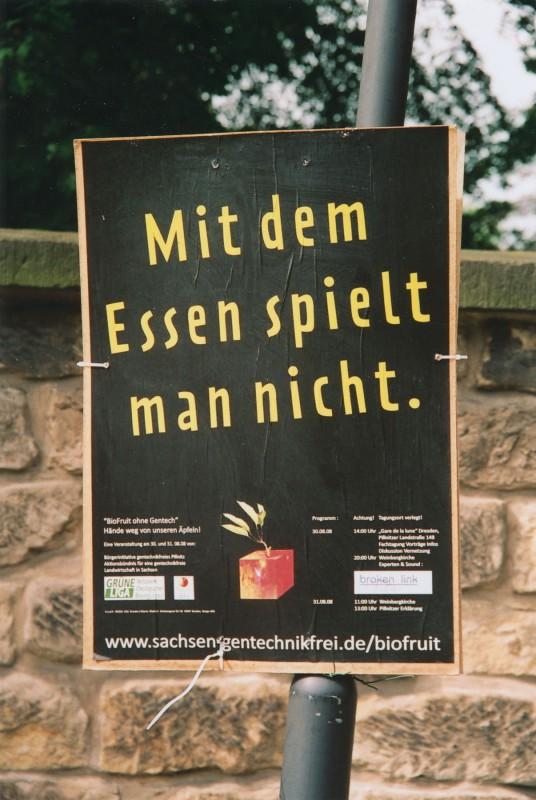 """Mit diesem Plakat und einem stilisierten """"Gen-Apfel-Würfel"""" baten die """"Gentechnik-Gegner"""" in Pillnitz um Aufmerksamkeit. Foto: Dieter Fischer"""