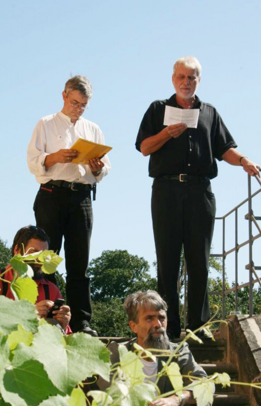 Peter Teichmann (li.) und Christian Decker verlesen auf denStufen der Weinbergkirche die Pillnitzer Erklärung. Foto: Helene Blumenschein