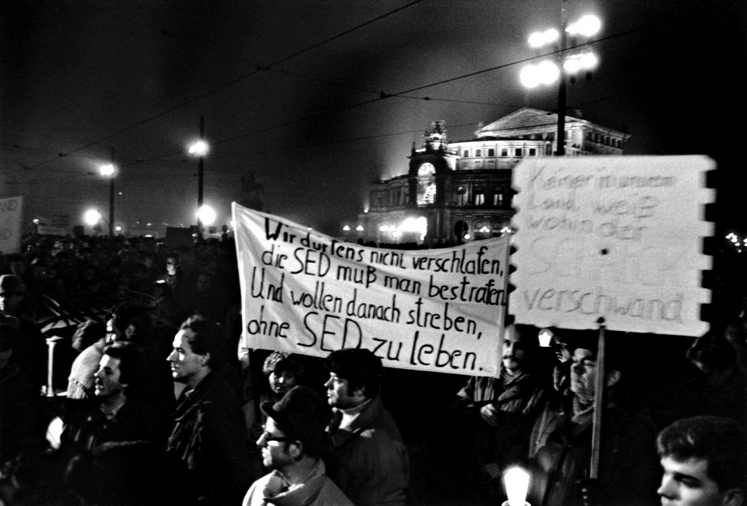 """Montags-Demo"" auf dem Theaterplatz, November 1989. Foto: U. Haessler"