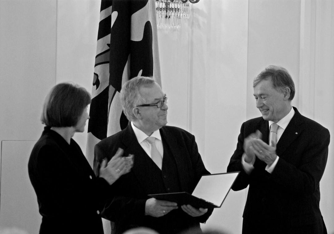 Das Bundesverdienstkreuz für Christoph Flämig aus der Hand von Bundespräsident Horst Köhler.  Foto: Jürgen Frohse